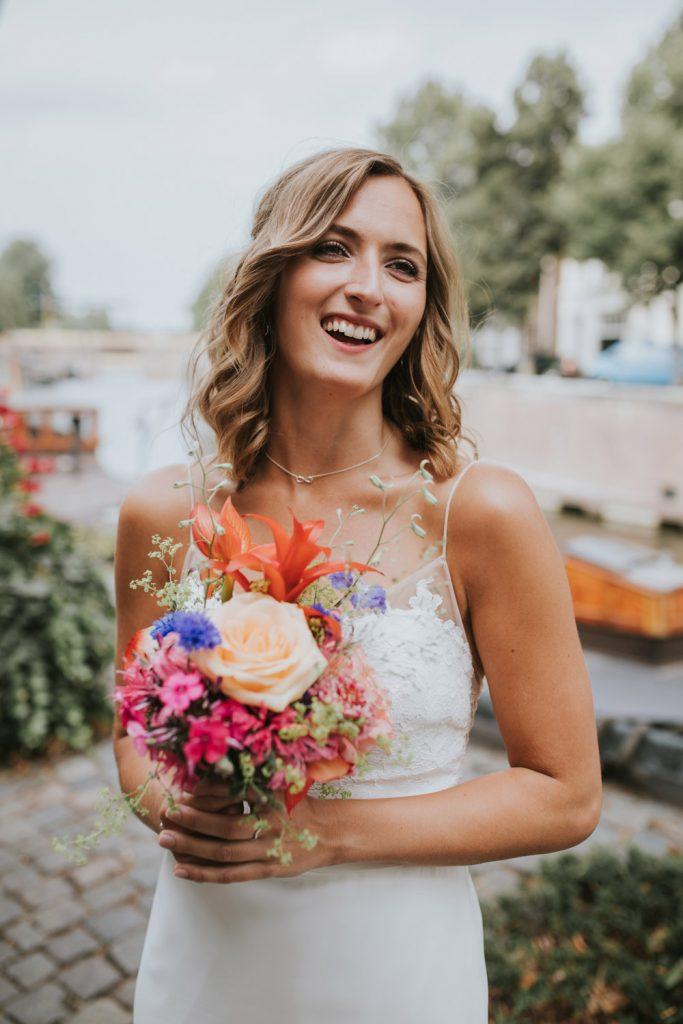 Portret bruid en bruidsboeket
