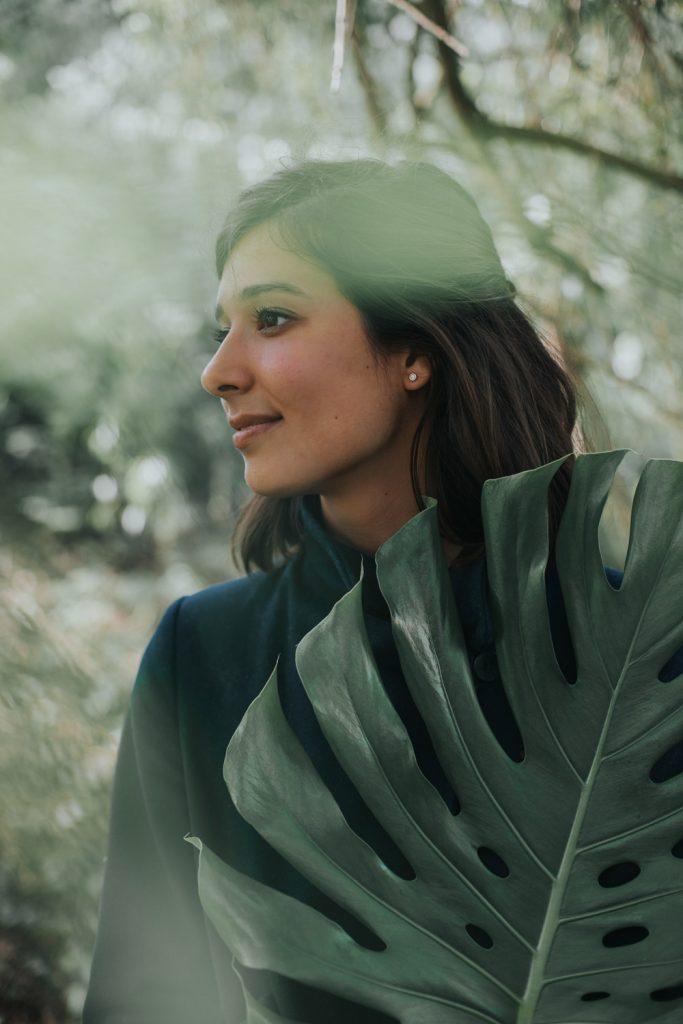 Portret van Kinga met Monstera blad