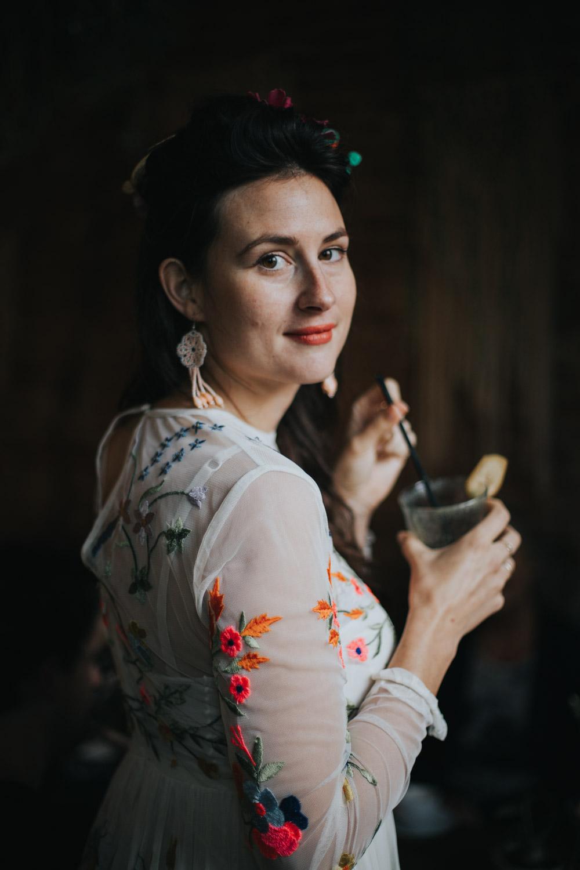 Portret van bruid bij het raam