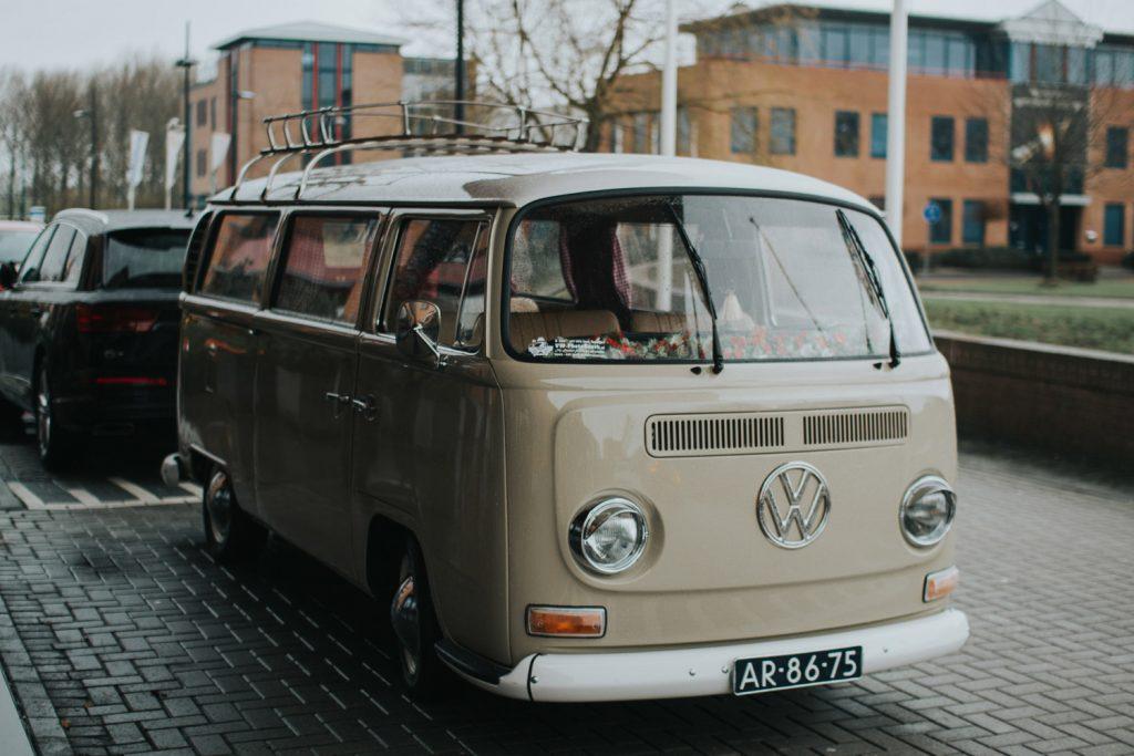 Volkswagenbusje komt aanrijden