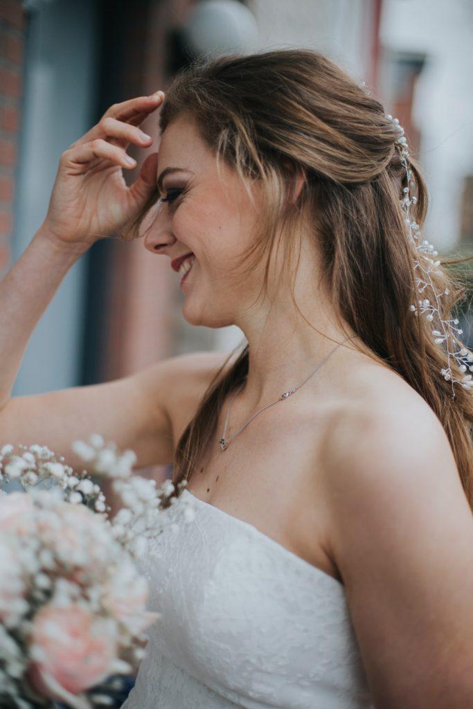 Bruid belt aan