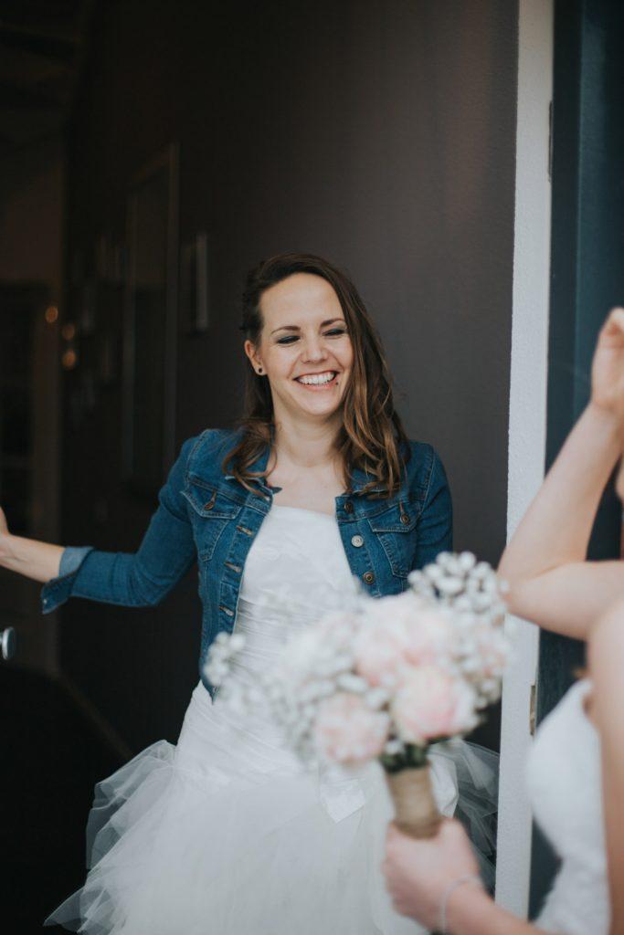 De andere bruid doet de deur open