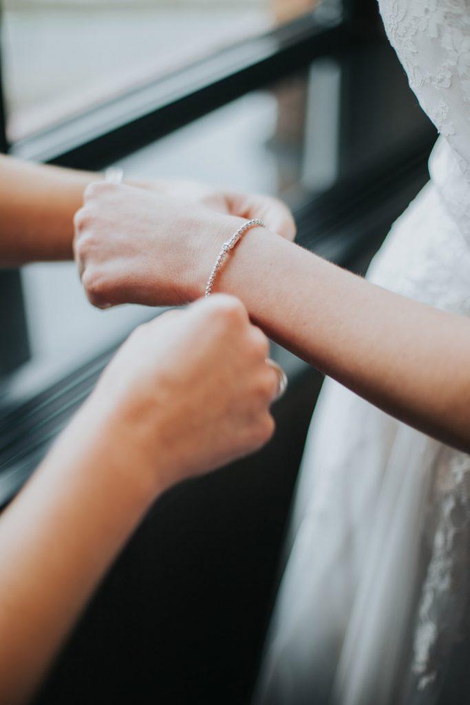 Bruid doet armband om
