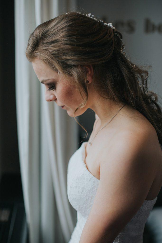 Bruid kijkt uit raam