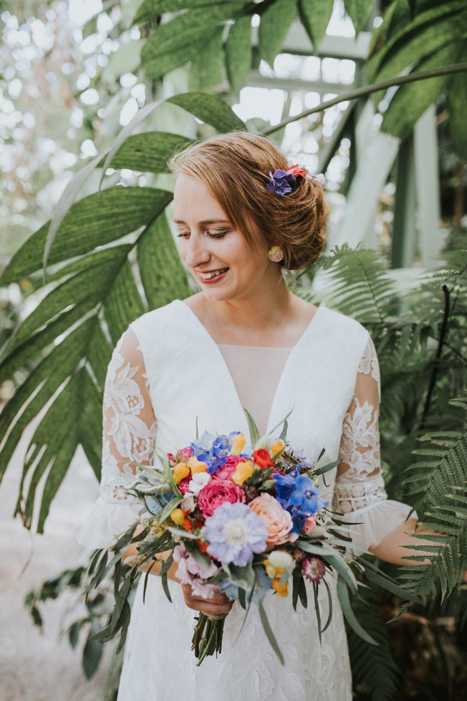 Bruid in de botanische tuin in Leiden