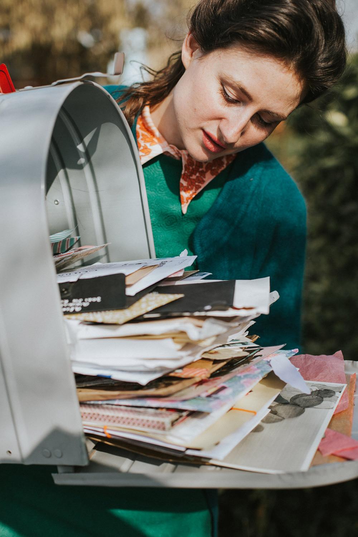 marieke van zusterhood met stapel brieven