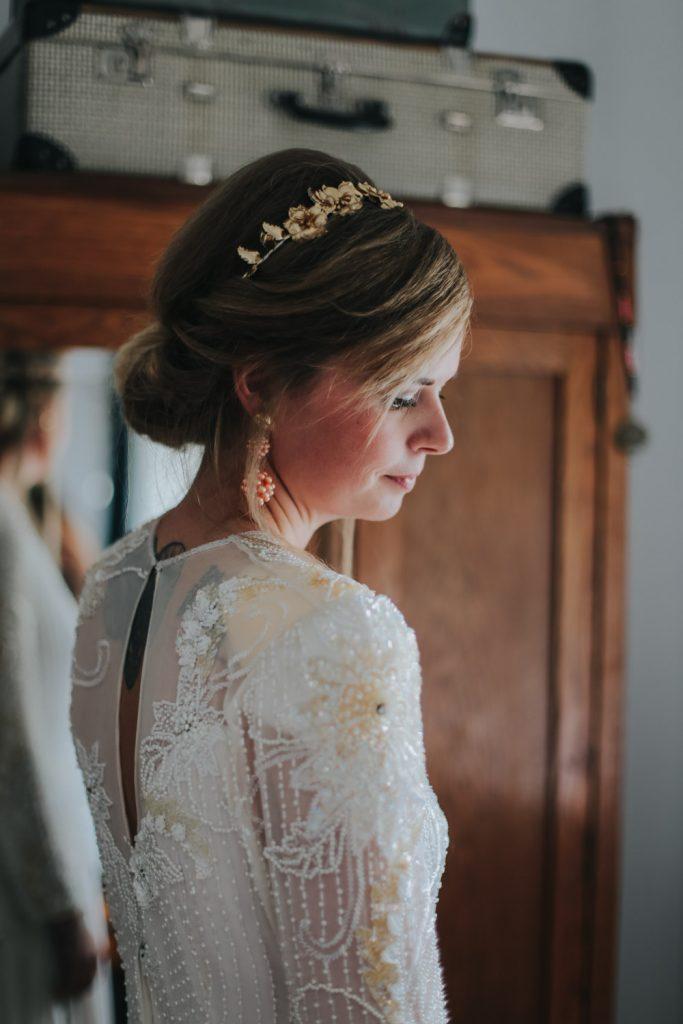Portret bruid in slaapkamer