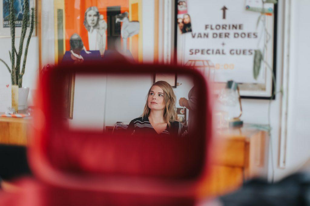 Reflectie bruid in spiegel