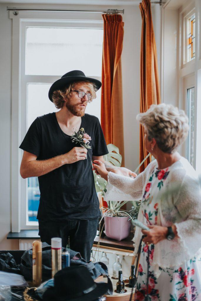 Bruidegom praat met moeder
