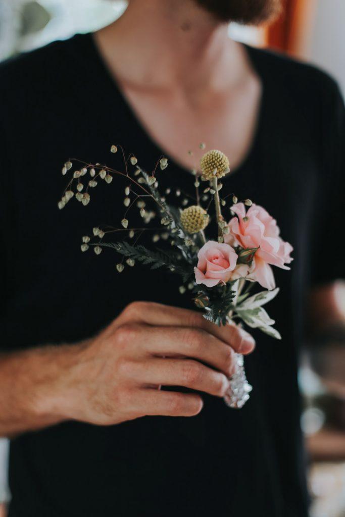 Bruidegom houdt bloemen vast