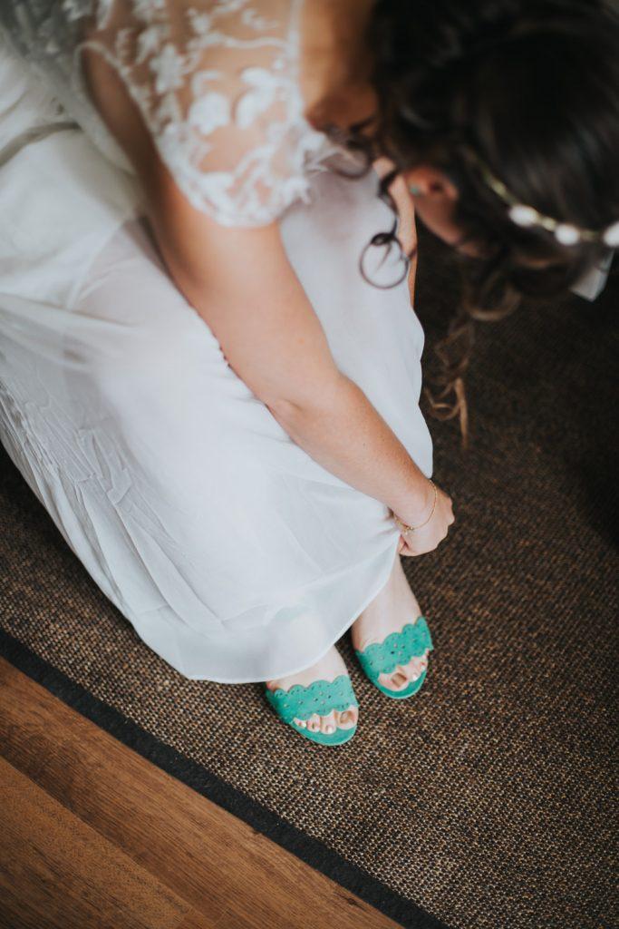 Bruid trekt schoenen aan