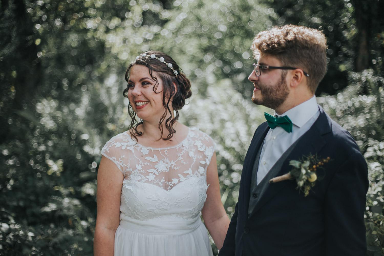 Portet bruidspaar in het bos in Bergen