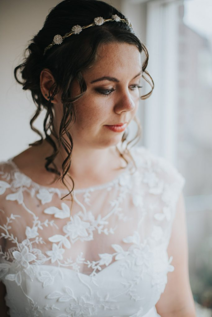 Portret bruid bij raam