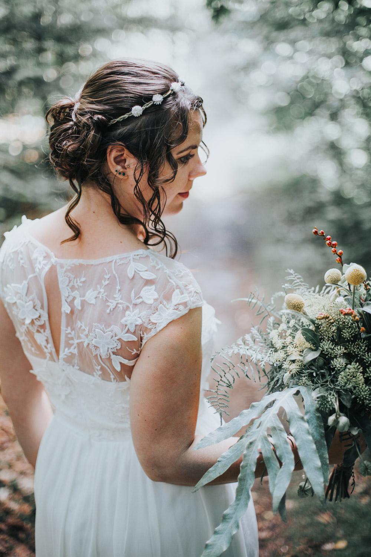 Portret bruid in het bos in Bergen, Noord-Holland