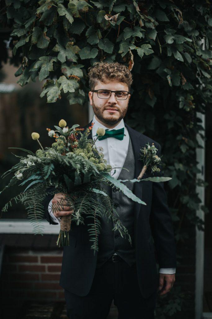 Portret bruidegom met boeket