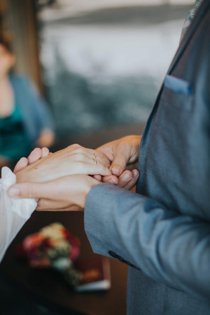 Handen met trouwringen