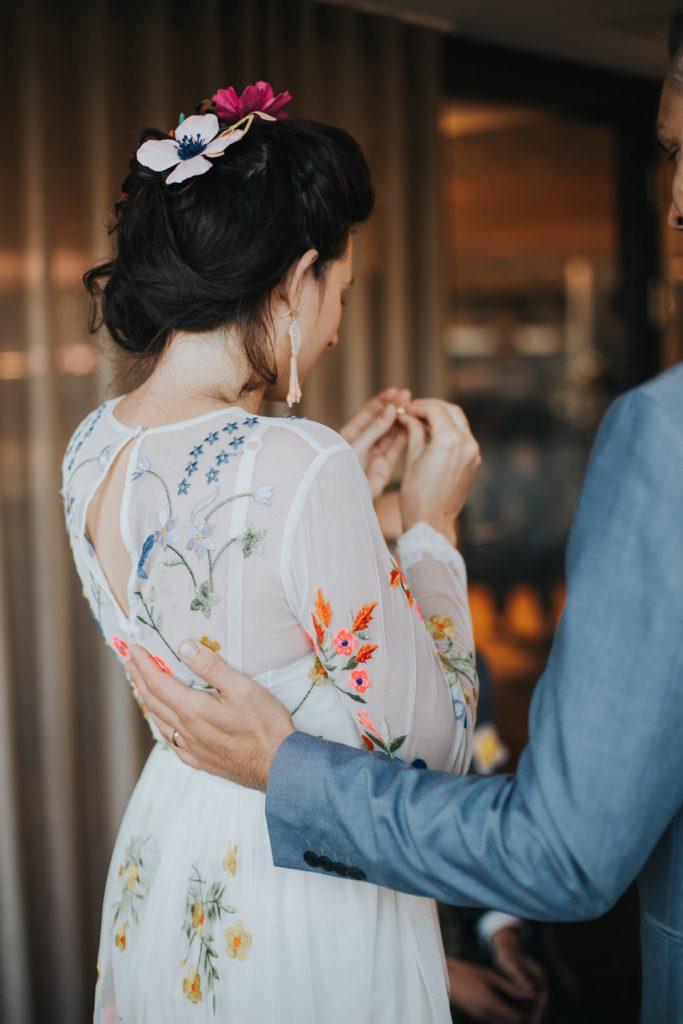Bruid bewondert trouwring