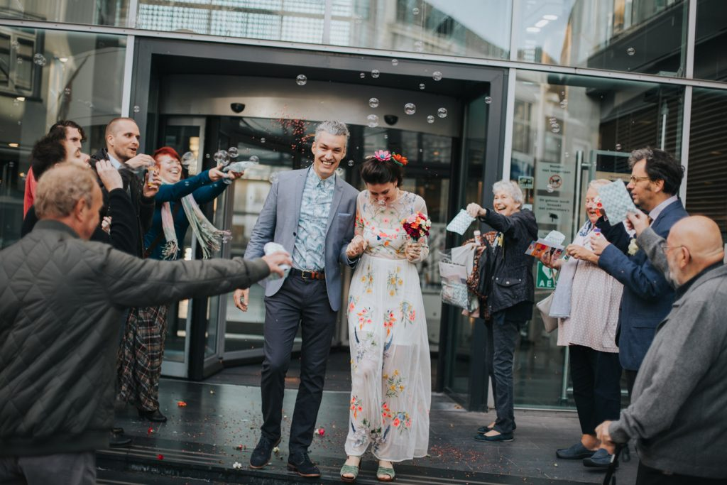 Bruidspaar loopt uit gemeentehuis Den Bosch