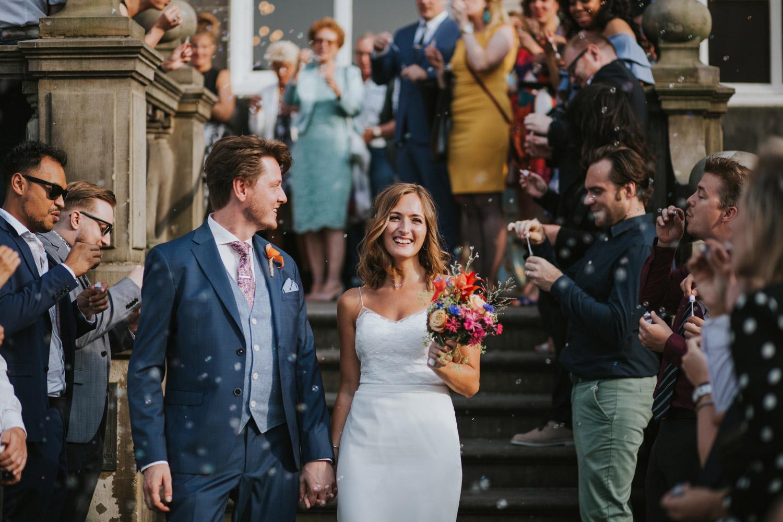Bruidspaar verlaat het stadhuis met bellenblaas