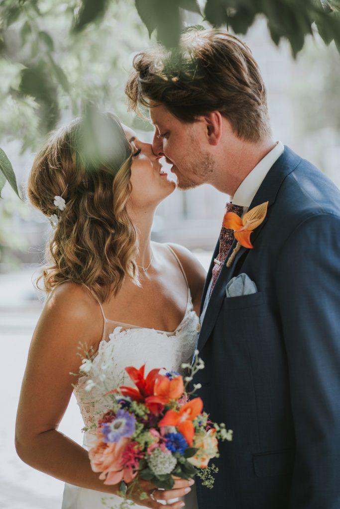 Bruidspaar omhelst elkaar