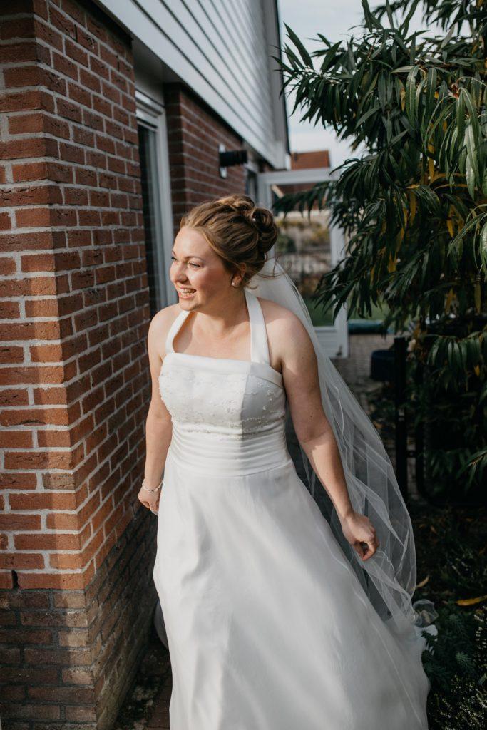 Bruid komt de hoek omgelopen