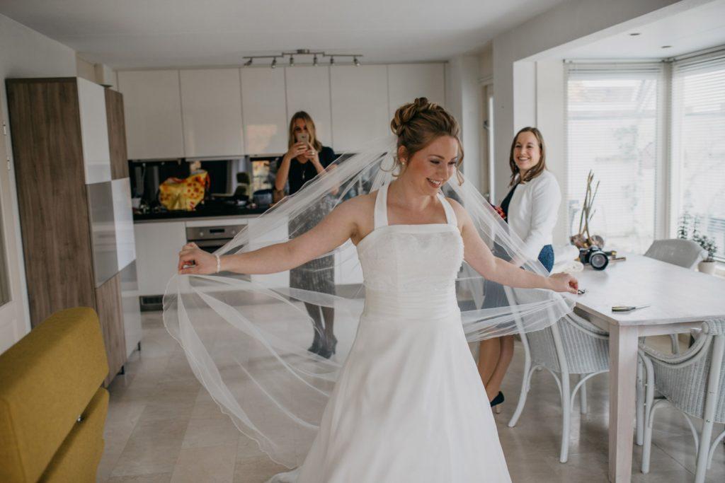 bruid danst door kamer