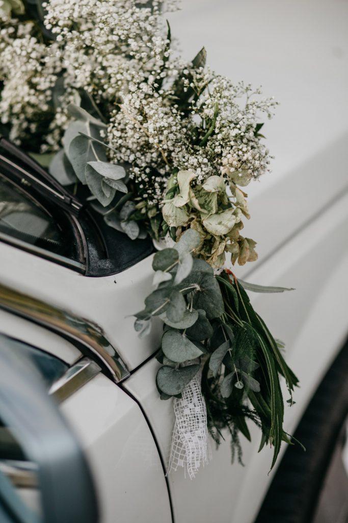 Close-up bloemen op auto