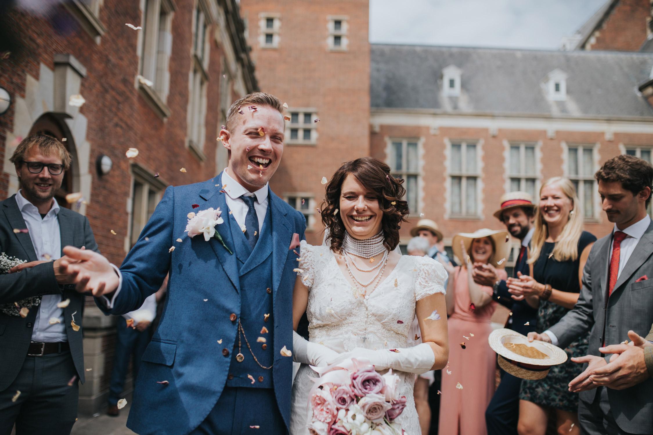 bruidspaar loopt door confetti