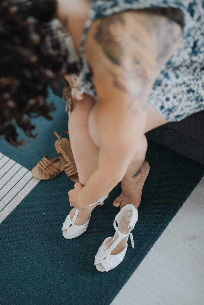 Bruid trekt trouwschoenen aan