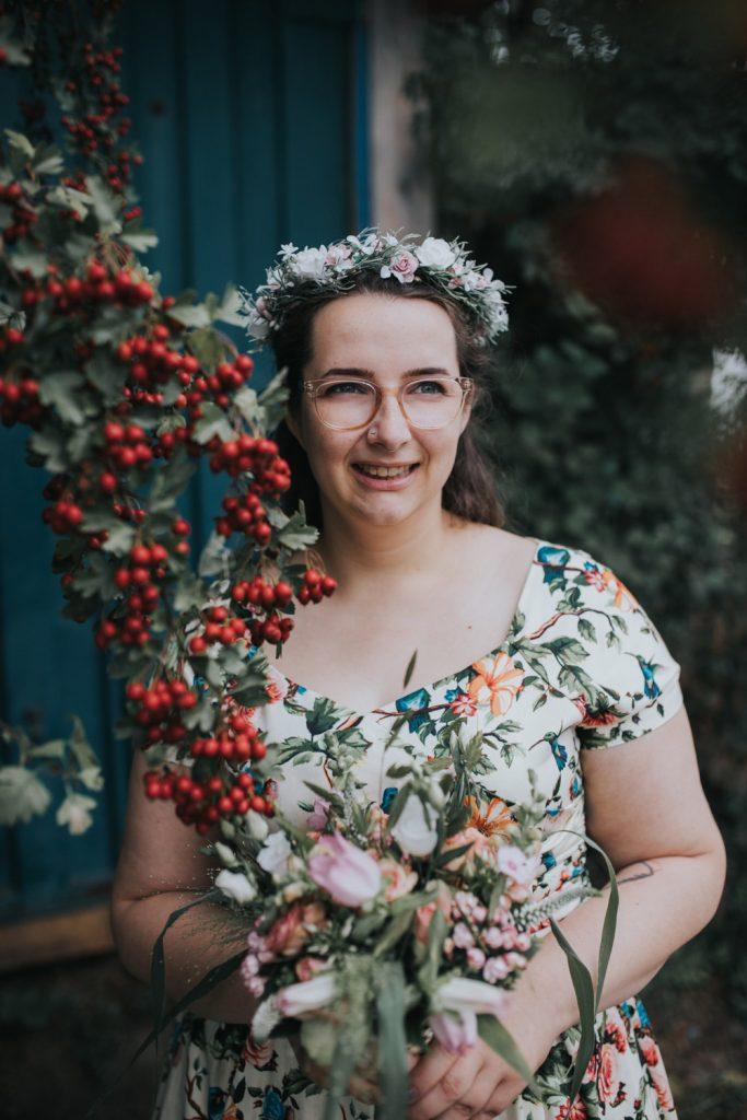portret bruid met rode bloemen