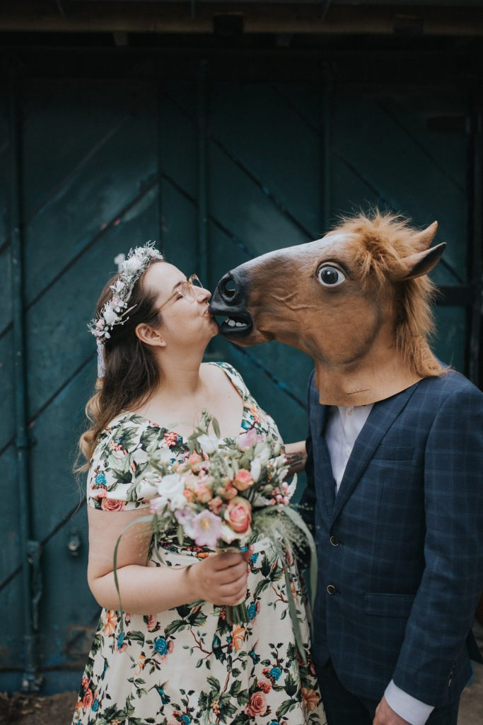 bruidegom draag paardenmasker