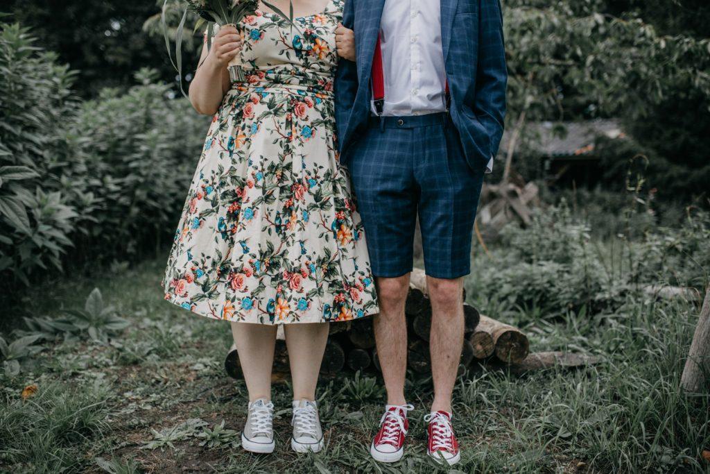 foto van benen bruidspaar, bruidegom draagt korte broek