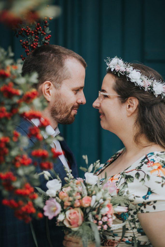 portret bruidspaar met rode bloemen
