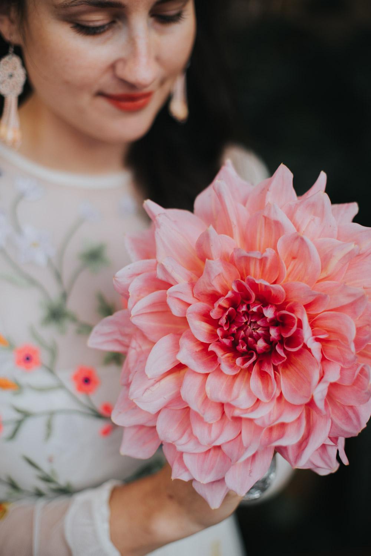 Portret bruid Marieke met roze bloem
