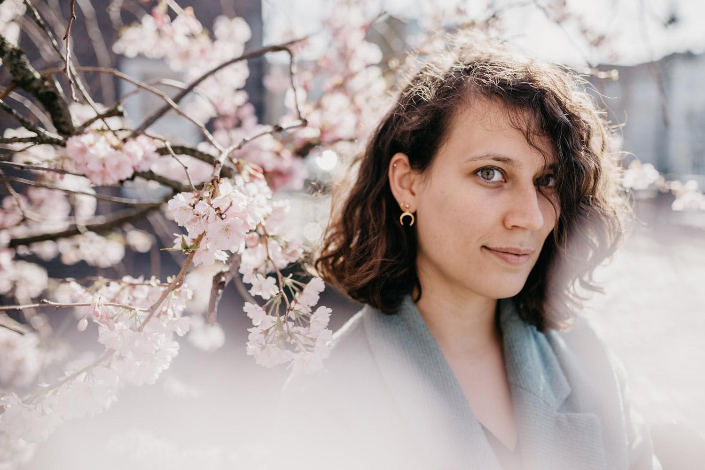 portret jonge vrouw met kersenbloesem