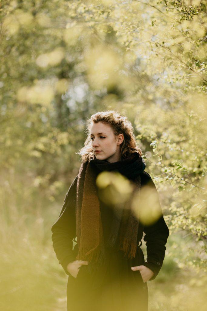 dromerig portret vrouw met bladeren