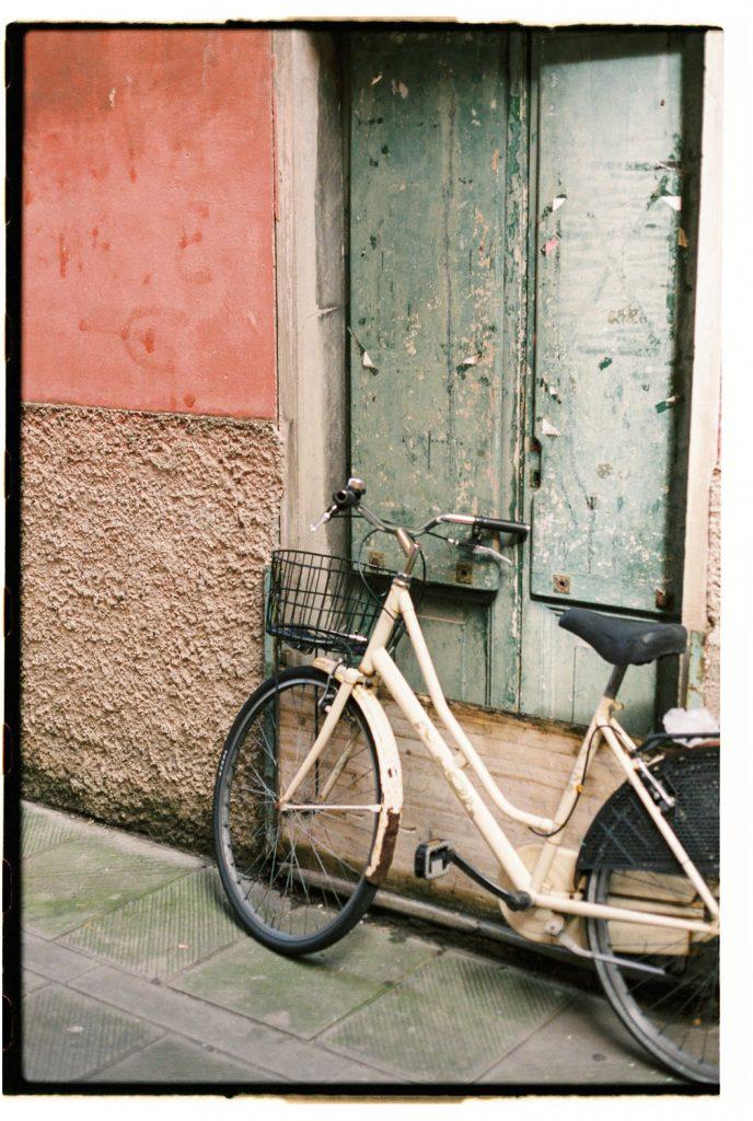 fiets in dorpje cinque terre in Italië