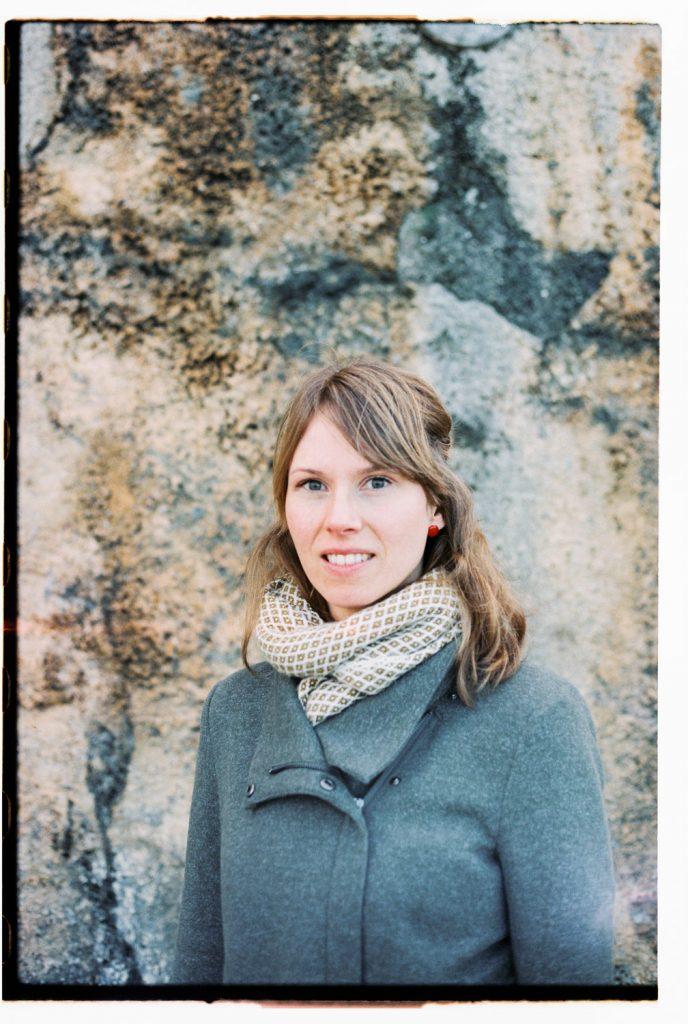 portret vrouw met stenen achtergrond