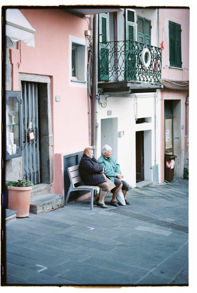 italiaanse oude vrouwtjes in cinque terre, Italië