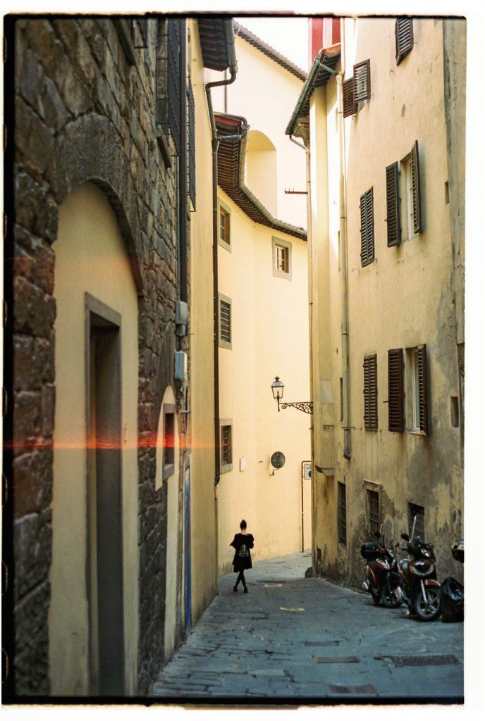 vrouw loopt door straat in florence, italie