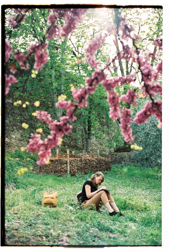 vrouw tekent onder bloesemboom in florence, italie