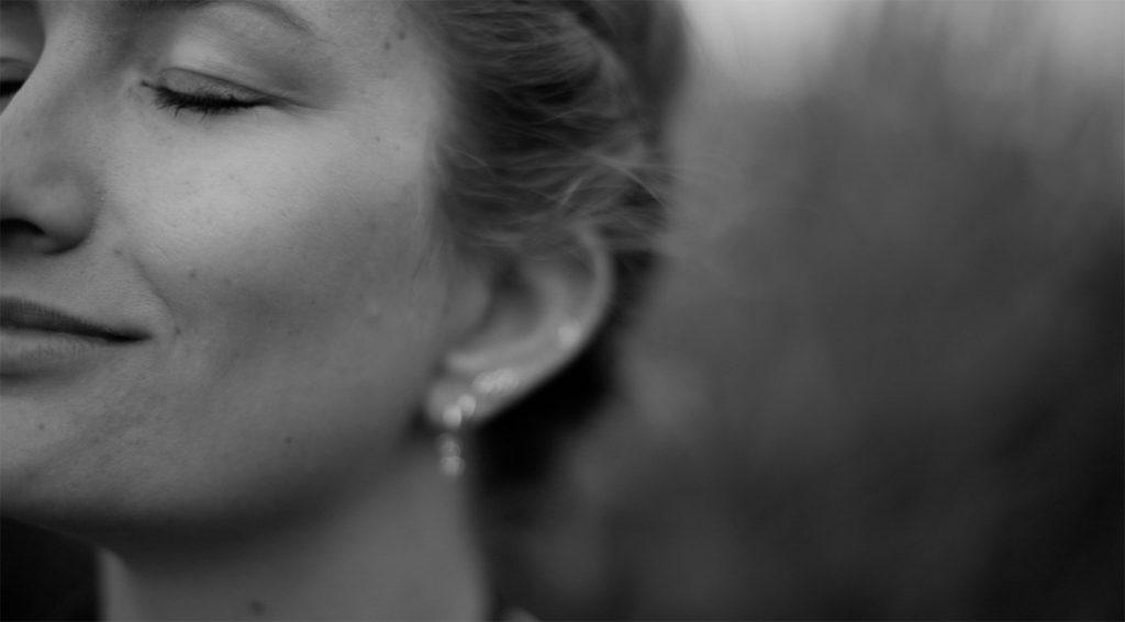 close-up van vrouw met haar ogen dicht