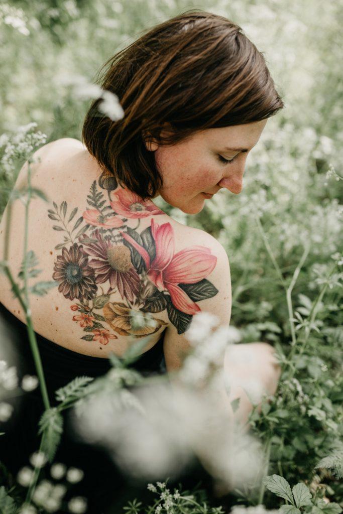 foto van linda haar tatoeage van achter gezien