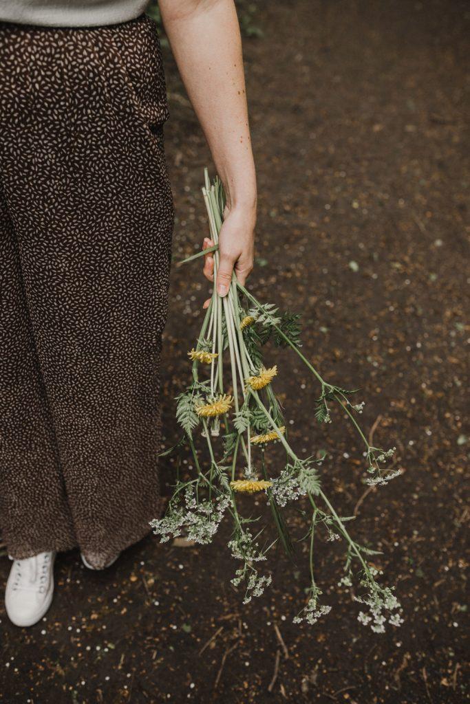 linda houdt een bos wilde bloemen vast