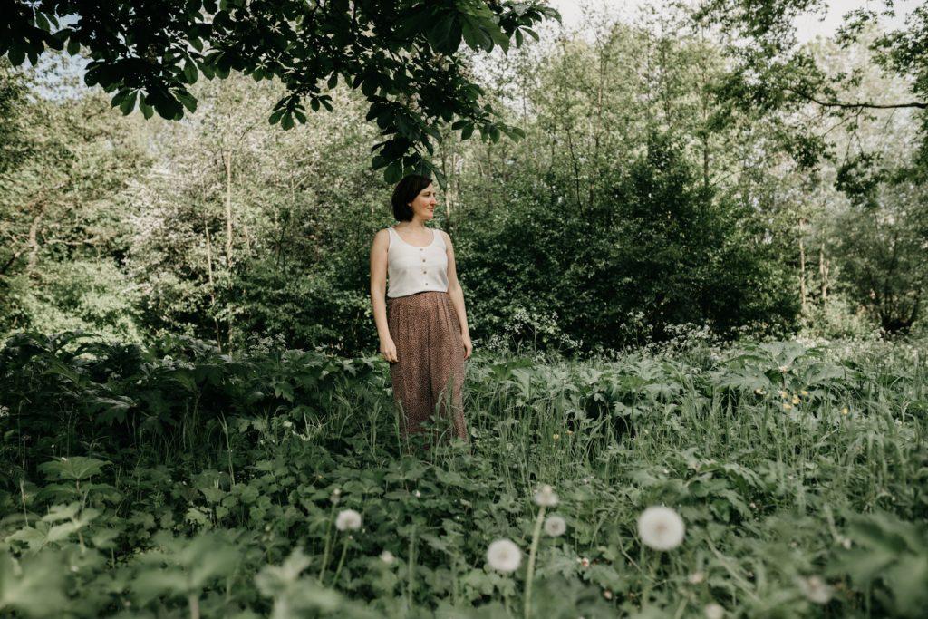 vrouw staat in het gras