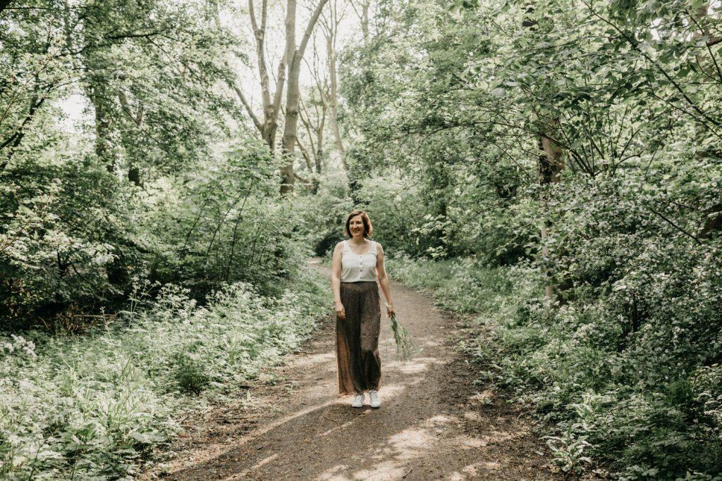 vrouw loopt door het bos