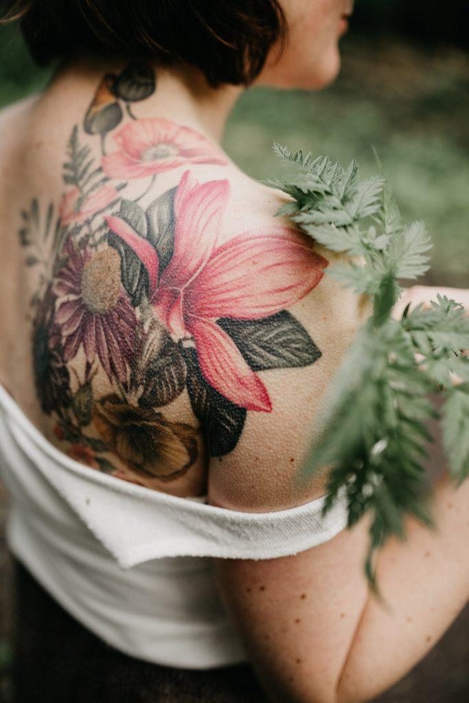 close-up van linda haar bloementatoeage