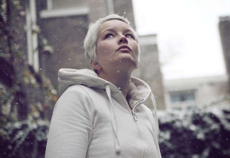 vrouw met wit haar staat in sneeuw