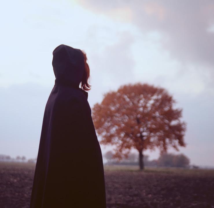 mysterieuze foto met persoon in cape
