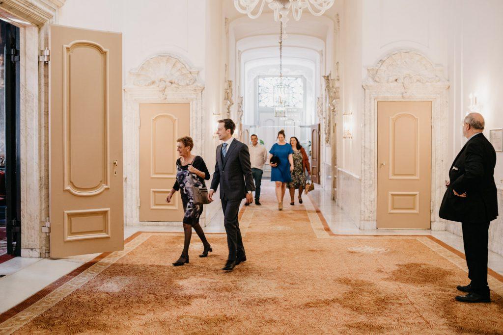 familie en vrienden lopen naar de zaal